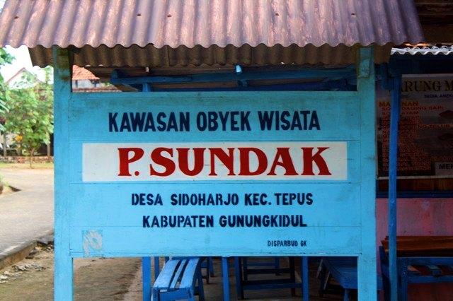 Papan penanda pintu masuk Pantai Sundak