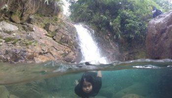 Salah satu peserta, Putri, sedang melakukan foto split underwater.