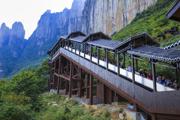 Naik Gunung dengan Eskalator Terpanjang di Dunia