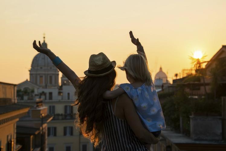 melihat indahnya terik matahari bersama anak tercinta