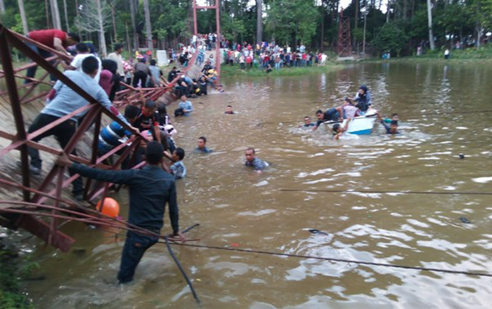 Jembatan Putus Akibat Kelebihan Beban Image Facebook