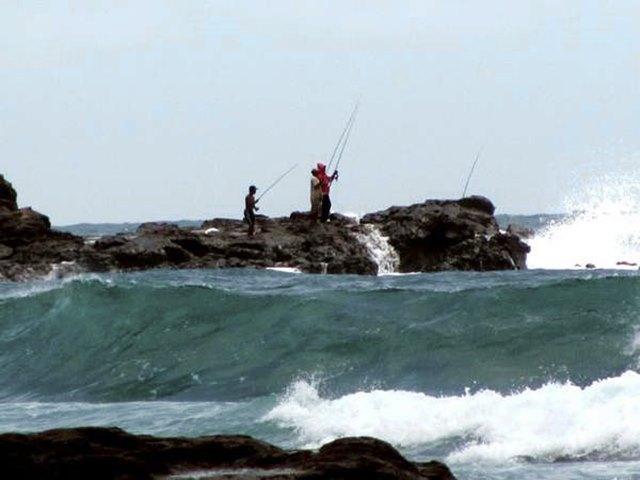 memancing di Pantai Wediombo