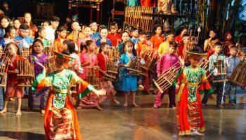 tari-tarian-yang-dimainkan-oleh-anak-didik-saung-angklung-udjo