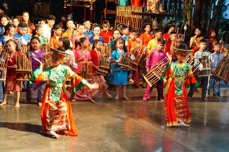 Belajar Bermain Angklung Sambil Liburan di Saung Angklung Mang Udjo