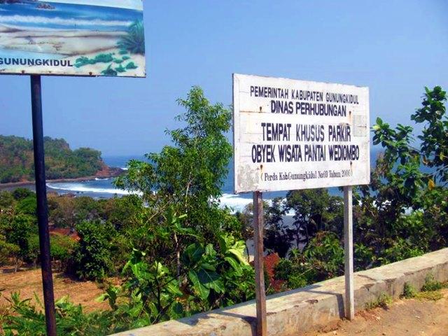 Tempat Parkir di Pantai Wediombo