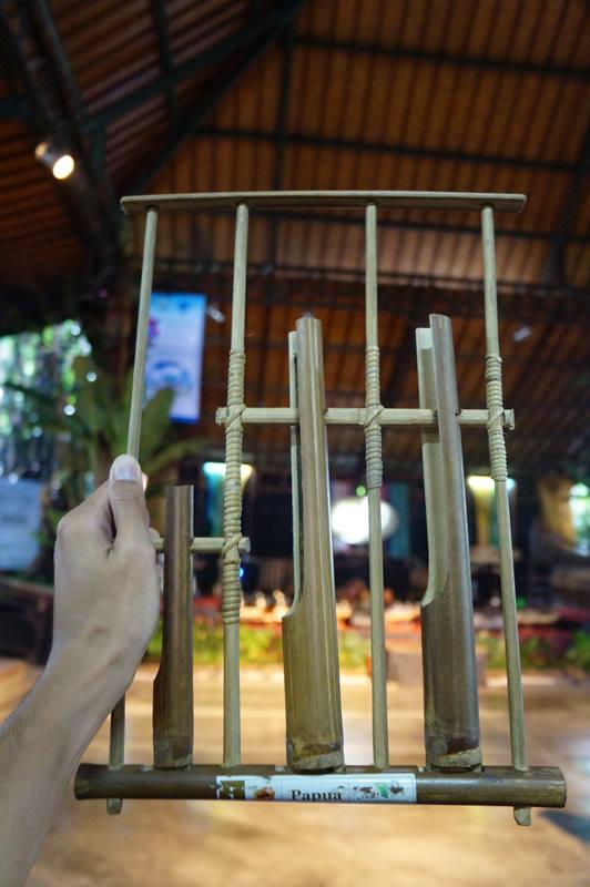 tiap-pengunjung-saung-angklung-udjo-akan-dipinjamkan-sebuah-angklung-untuk-dimainkan-bersama-sama