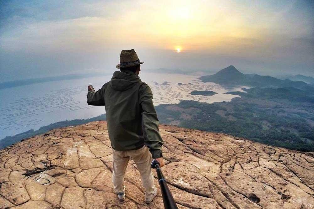 Menikmati Keindahan Alam dari Puncak Gunung Lembu Purwakarta