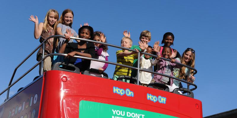 menggunakan kendaraan umum saat berlibur bersama anak tercinta