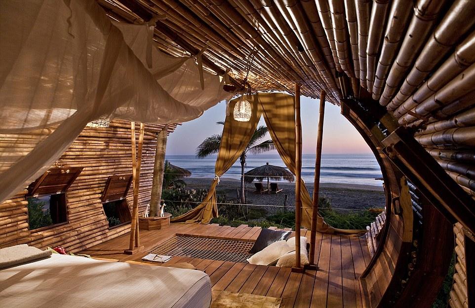 Sambil beristirahat, kamu juga bisa menikmati pemandangan yang langsung ke pantai