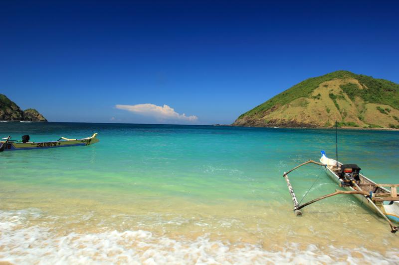 Siapa yang Bisa Menolak Keindahan dari Pantai Mawun di Pulau Lombok Ini?
