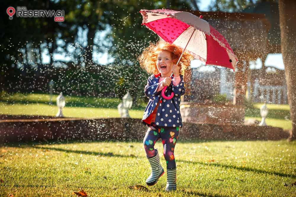 10 Barang yang Wajib Dibawa Traveler Saat Musim Hujan