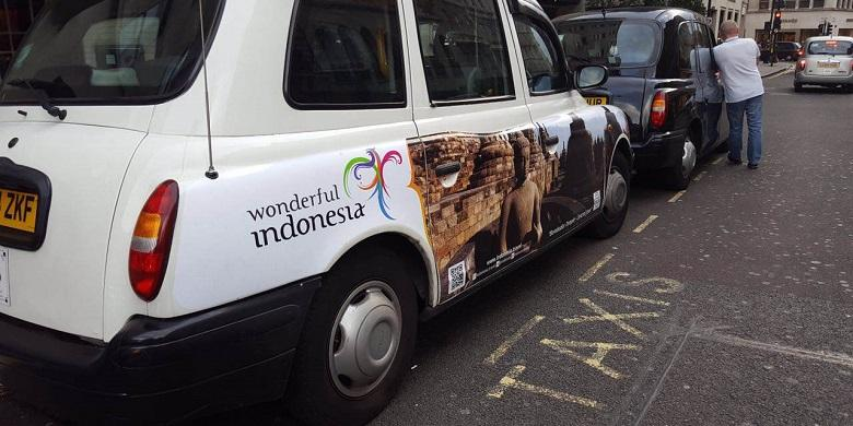 Gambar Candi Borobudur yang menghiasi taksi di London, Inggris