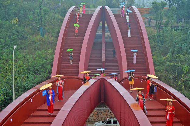 Jembatan khusus pejalan kaki dengan desain tali simpul di China