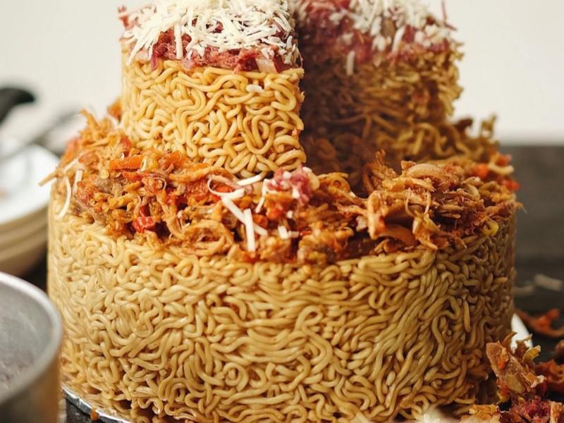 Dear Pecinta Micin, Kue Ulang Tahun Mi Goreng ini Cocok untuk Teman kamu yang Sedang Ultah!