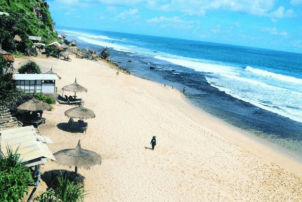 Pantai Watulawang yang Indahnya Bisa Bikin Mabuk Kepayang