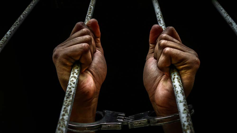 10 Hal Aneh yang Bisa Bikin kamu Masuk Penjara saat di Luar Negeri