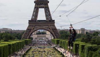 052043600_1496728991-20170605-Naik-Flying-Fox-dari-Menara-Eiffel-AP-1