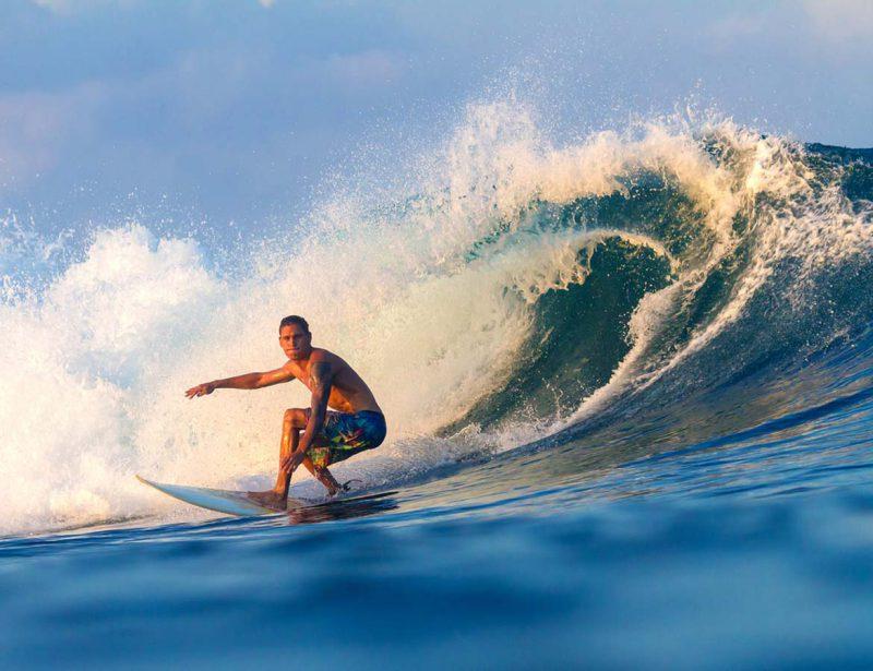 surfing di pantai