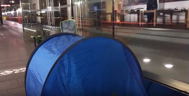 Tenda di depan toko yang digunakan Kourouche untuk mendapatkan iPhone x