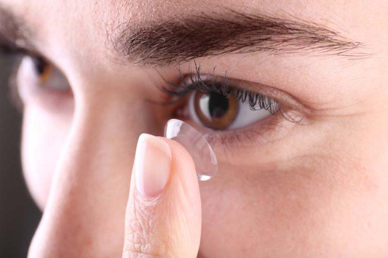 perempuan memakai lensa kontak