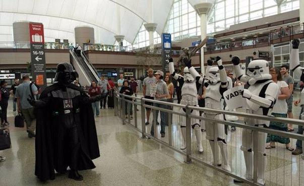 Cara Unik Menyambut Keluarga di Bandara