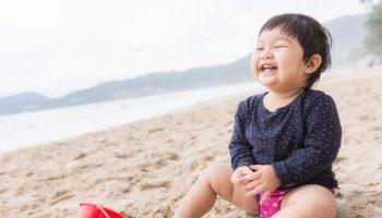 liburan ke pantai dengan anak