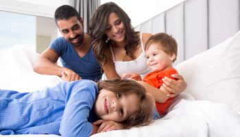 Reservasi-hotel-di-luar-negeri-bersama-keluarga