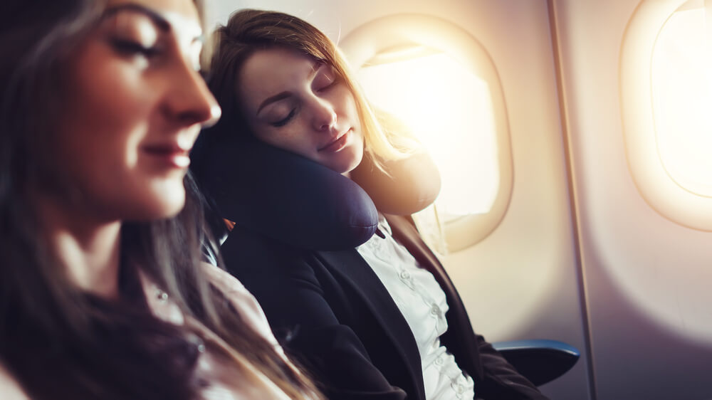 Mau Tidur Nyenyak di Pesawat? Coba deh Tips Berikut ini!
