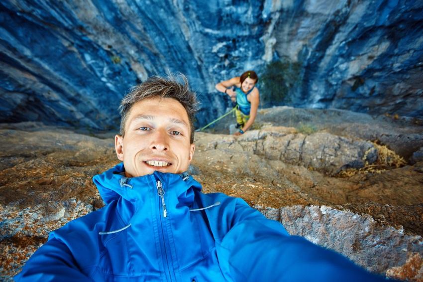 10 Gaya Selfie Ini Bisa Kalian Terapkan Saat Travelling