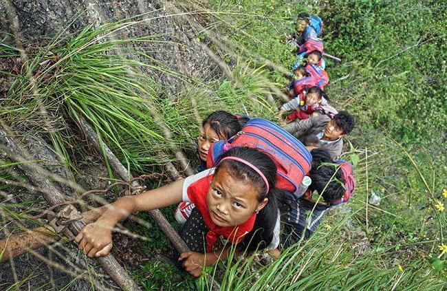 Anak-Anak Ini Berangkat ke Sekolah Melewati Jalan Berbahaya