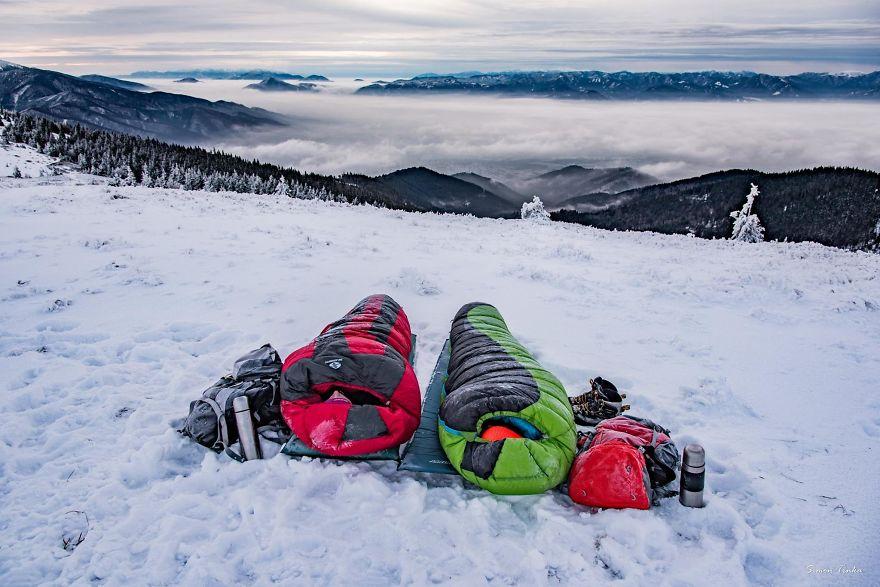 Pasangan Ini Selalu Berburu Sunrise Bersama di Puncak Gunung Bersalju