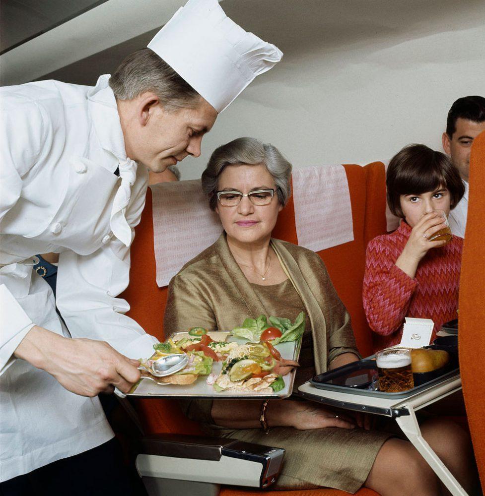 Foto Vintage Awak Kabin Sajikan Kuliner Mewah Pesawat Terbang