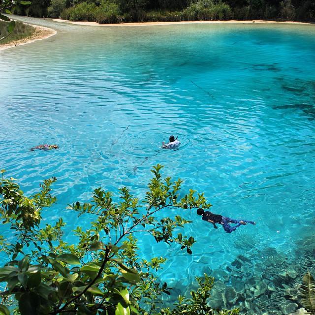 Beningnya Danau Ayamaru Papua Bak Labuan Cermin