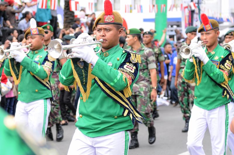 marching-band-dari-militer-juga-ikut-meramaikan-acara-ini