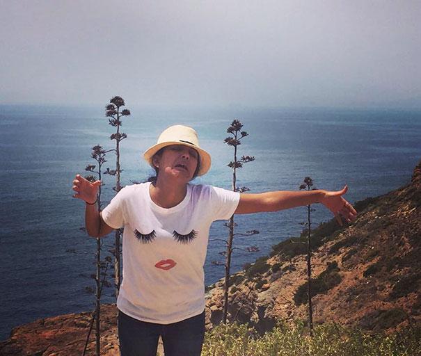 Karena Suaminya Tak Bisa Pergi Bulan Madu Bersama, Perempuan Ini Pose Foto Lucu Selama Traveling