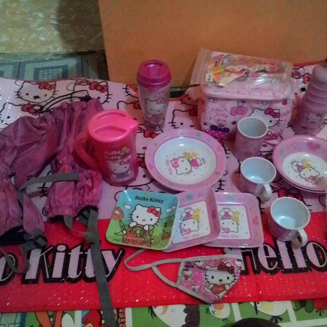 Peralatan makannya pun serba pink! [Instagram @speck_pink_hikers_indonesia]