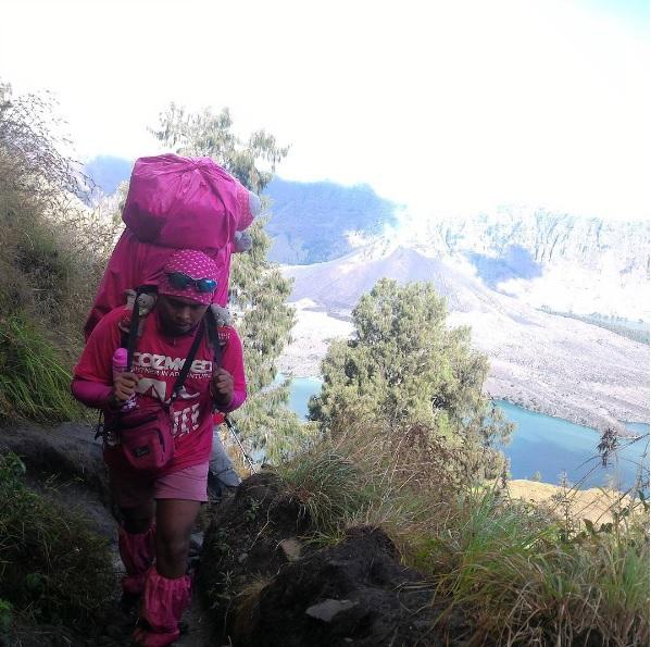 Para Pendaki Tangguh Berbaju Pink Hello Kitty yang Menghibur Sesama Pendaki