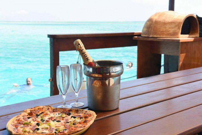 Keren, Restoran Pizza Ini Mengapung di Tengah Lautan