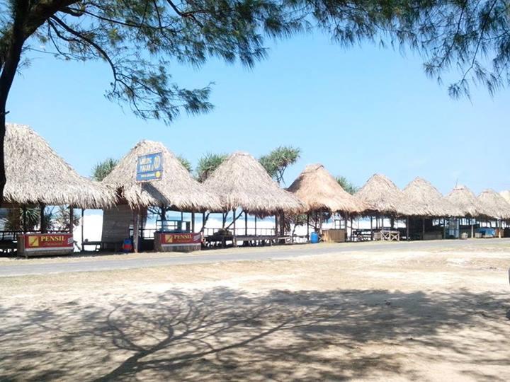 Saung di Pantai Sepanjang