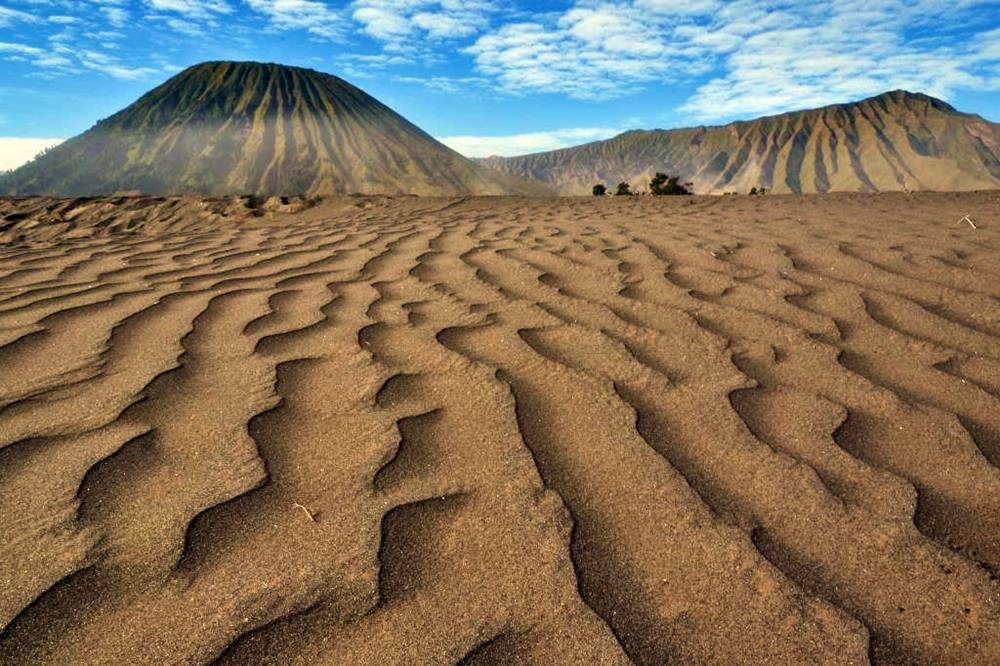 film-pasir-berbisik-dengan-latar-padang-pasir-gunung-bromo