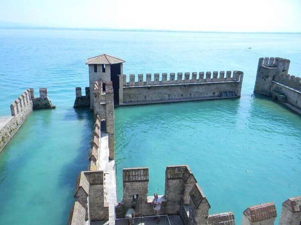kastil-tenggelam-dan-ditinggalkan-di-lake-garda-italia