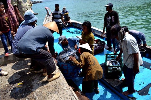 Nelayan di Pantai Sadeng