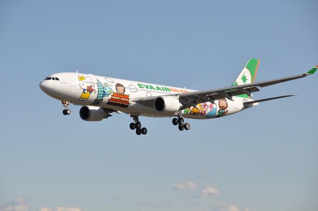 pesawat-paling-imut-di-dunia-ini-bergambar-hello-kitty-3