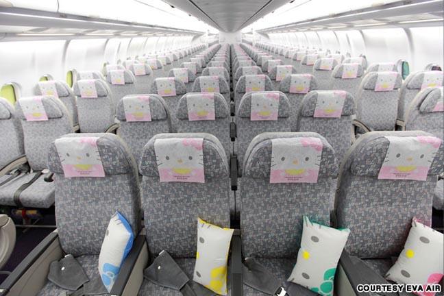 pesawat-paling-imut-di-dunia-ini-bergambar-hello-kitty-4