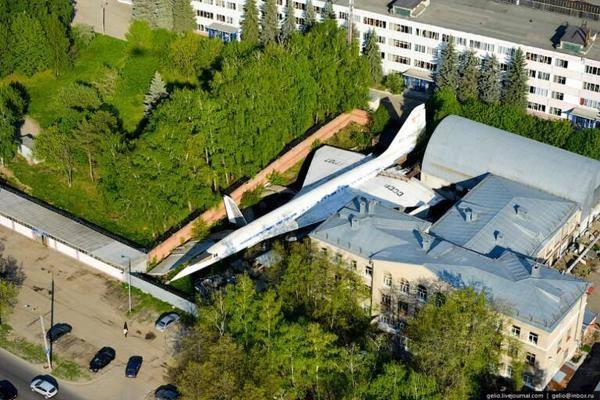 pesawat-supersonic-tu-144-yang-telah-ditinggalkan-di-halaman-rumah-orang-rusia