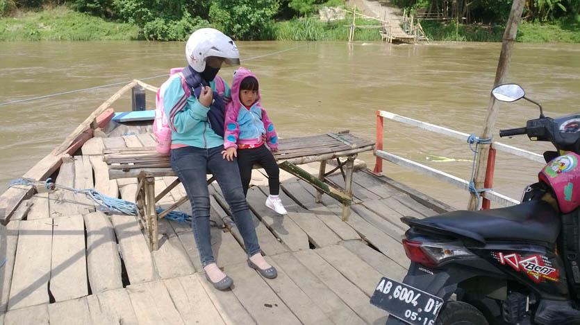menyeberang sungai brantas