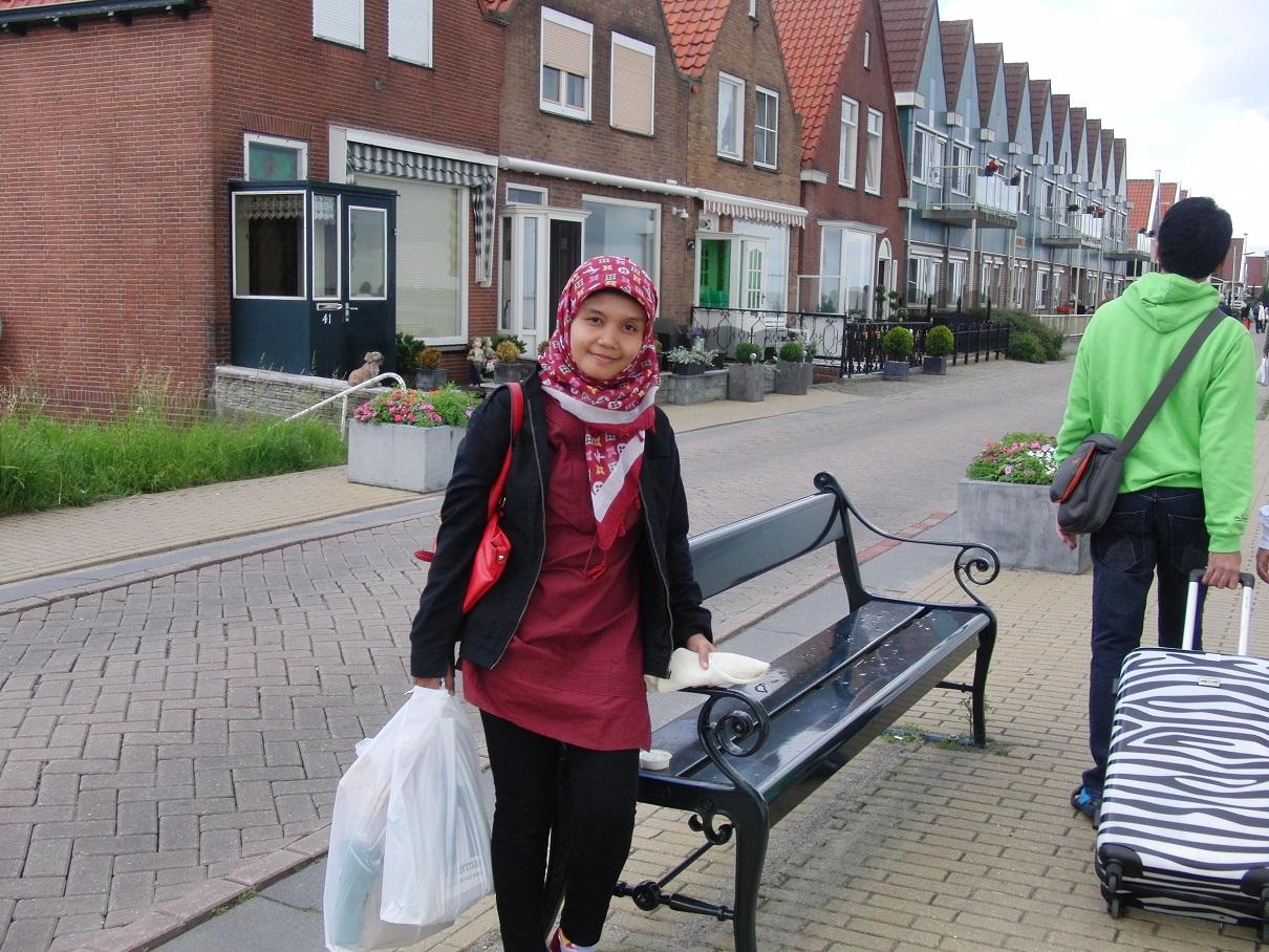 Aku di depan rumah rumah Volendam