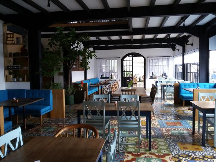 ngopi cantik di cafe ala Eropa ridwanderful.com