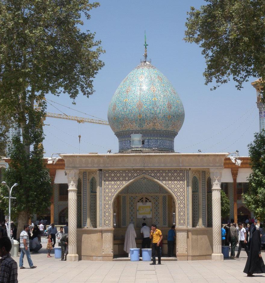 masjid-shah-cheragh-tampak-dari-luar