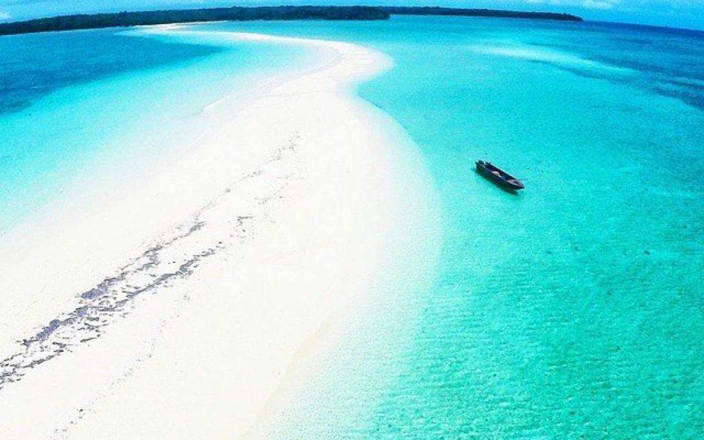Pasir putih yang berada diatas lautan biru Pantai Ngurfatur - dagelanfamily.com